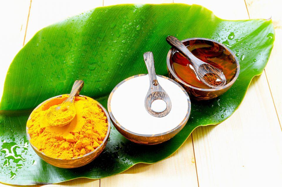 Le masque de beauté indien maison aux épices de curcuma (anti points noirs/anti acné)